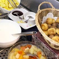 *朝食バイキング/フルーツ・ヨーグルトコーナー。新鮮果物で体を目覚めさせよう!