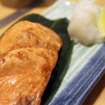 *夕食一例/「炉ばた開陽台」魚貝類を中心に、地場産の食材を使ったお料理をご用意しております。