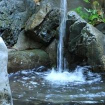開放感あふれる露天風呂。とろとろの美人の湯でのんびりと・・・