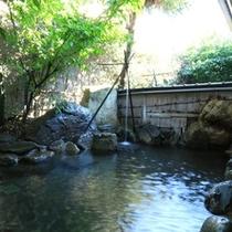 露天風呂-湯量豊富で、とろとろのアルカリ性の温泉です。ゆっくりお寛ぎ下さいませ