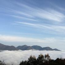 夏~秋、天候がよければ雲海を望めることも。