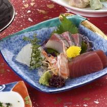 【料理一例】旬の鮮魚を選らんでご提供するお造り。
