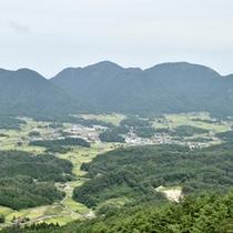 於保地(おほち)盆地を見渡せる、標高540mの位置にあります。