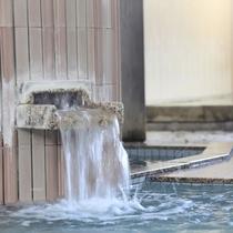 お湯は純天然温泉。体の芯から温まります