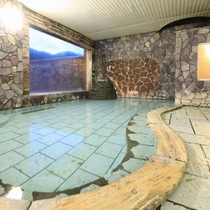 【男性大浴場】大きな窓で開放的な内湯です