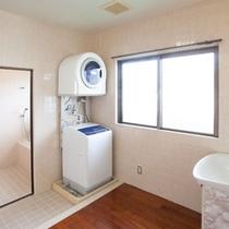 ッチンからお風呂へ続く家事室には洗濯機と乾燥機あり