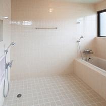 広々としたバスルーム 外で体が洗えるので楽々入浴