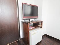 【洋室】テレビと冷蔵庫を設置しています。BSもお楽しみいただけます。