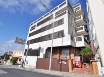 【外観】シングル主体のコンパクトなプチホテル。市街中心部にあり観光やビジネスに便利♪