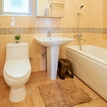 ゆったりしたアメリカンサイズのバスルーム。トイレは2階にもあり。