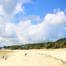 徒歩2分の屋嘉ビーチと夏の雲