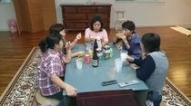 テーブルを囲んで家族団欒??
