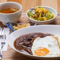 もとぶ牛カレー&ナンセット(サラダ・漬物・デザート付き)(水休/予約制)