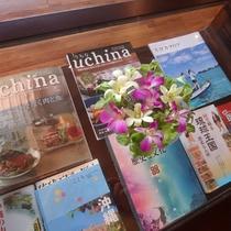 ロビーのガラステーブルには、のんびり読みたい沖縄本と花々が。