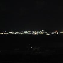 夜になると伊江島の明かりが海に浮かぶように