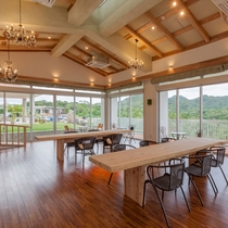 レストランは3面ガラス、山がせまる景色を楽しめます