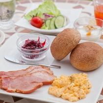 新鮮な地元素材を多用した朝食メニュー