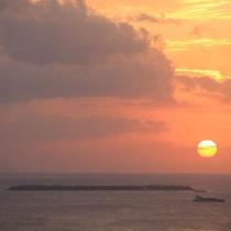 屋上テラスからのサンセット。水納島と夕日、行きかう船