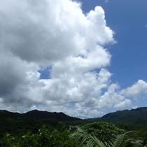 山々の緑と真っ白な雲のコントラスト。