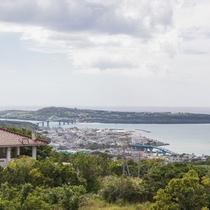 屋上の展望デッキから瀬底島を望む