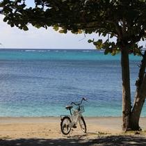【備瀬崎の海 車で15分】 木陰の自転車と青い海