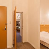 スタンダードルームのコネクティングドア(隣の部屋と繋がります。普段は両方から鍵がかかっています)