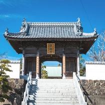 第一番札所より最も離れているため「四国霊場の裏関所」と呼ばれている観自在寺