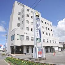 *【ホテル外観】宿周辺には飲食店やコンビニがございます