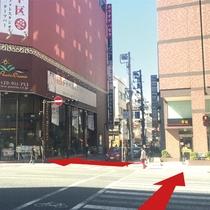 【道案内6】大きなビルは姉妹店のカラオケパセラです。道を渡ってパセラの前へ