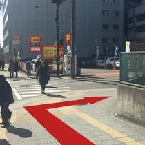 【道案内8】ひとつめの交差点を右へ。タイムズの看板が目印。
