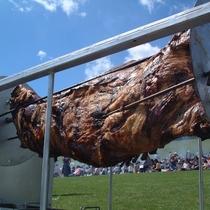 ルスツリゾートうまいもん祭り「牛の丸焼き」