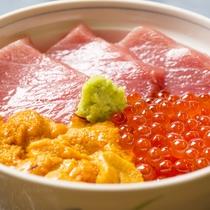 *料理一例(トロウニちらし)/小樽王道の店主イチオシ丼ぶりです。