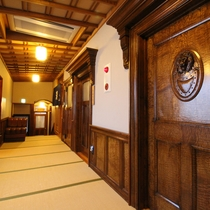 *【廊下】豪華で重厚感のある扉。各部屋の入り口前にはライブラリーがあり、自由にお使い頂けます。