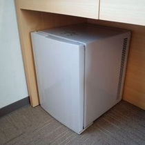 コンパクトな冷蔵庫(ペットボトル等を入れる場合は500mlサイズがオススメです♪)