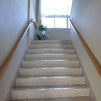客室へとつづく階段:手すりがあるので安心です。