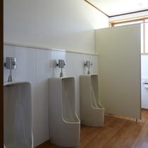 *共同男性トイレ*段差が少なく移動もスムーズなお手洗いは1階、2階にそれぞれあり