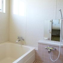 *女性用浴場*こじんまりしていますが、足も伸ばせる浴槽でお寛ぎください