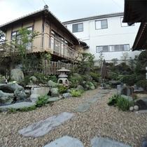 *中庭/中庭を囲むように、5室の客室が並んでいます。