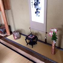 *館内一例/古道具や民芸品が並ぶ室内。不思議と癒されます。
