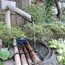 *中庭/心地よい水の音を聴きながら、のんびり過ごすひととき。