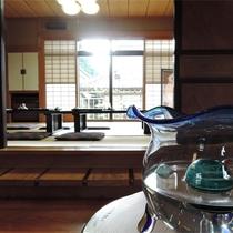 *館内一例/かわいい金魚鉢。向こうに見えるのはお食事処です。
