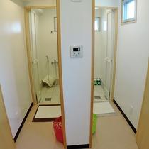 *【風呂】共同使用のシャワールームを男女別にご用意しております。