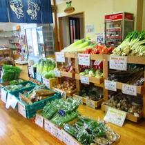 *【施設/産直コーナー】地元で取れた新鮮な野菜や手作りのお惣菜が並びます。