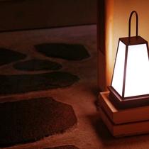 館内各所に温かい光の行灯が光ります