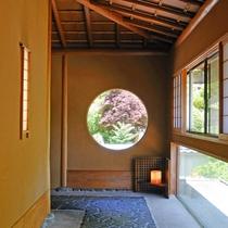 廊下窓から、額縁のように庭園が望めます