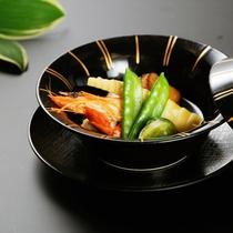 煮物一例 海老と帆立、湯葉と季節のお野菜