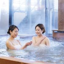 【大浴場】1日200tもの豊富な湯量で、もちろん源泉かけ流し♪電気風呂や、サウナ室もございます。