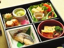 【朝食一例】季節の和え物や焼き魚など、品数豊富な和朝食をお召し上がりください。