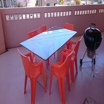 3階客室 屋外テーブル&チェアを備えバルコニーでBBQをする事ができます。