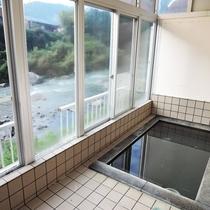 *【男湯浴室からは安田川や馬路の山が眺められる。